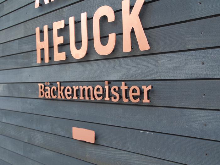 Heuck-fassade-schild